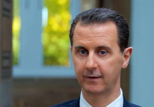 """ظهر في """"سيلفي"""" أمام دبابة بمنطقة دمرتها المعارك.. الأسد يزور قواته بالغوطة الشرقية مع نزوح 50 ألف مدني منها (صور)"""