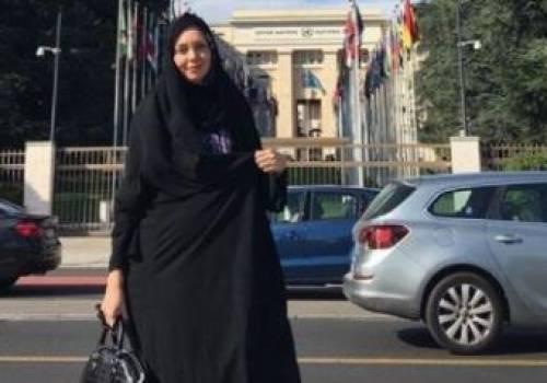 """تدعو للحجاب في بلدها لكنها خلعته وشربت """"الجعة"""".. شاهد فيديو وصوراً مسربة لمذيعة إيرانية شهيرة أثناء سياحتها بسويسرا"""