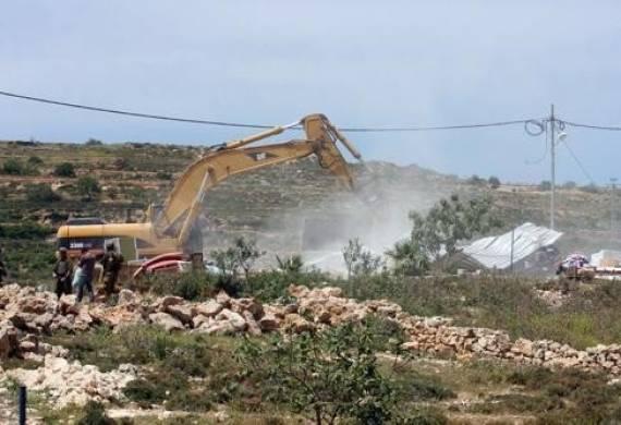 قطعان المستوطنون يجرفون مساحات كبيرة من أراضي قرية دير الحطب شرق نابلس