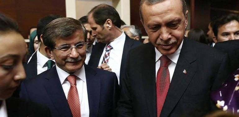 داود أوغلو يهاجم أردوغان: أسرتك تحصد الثروات